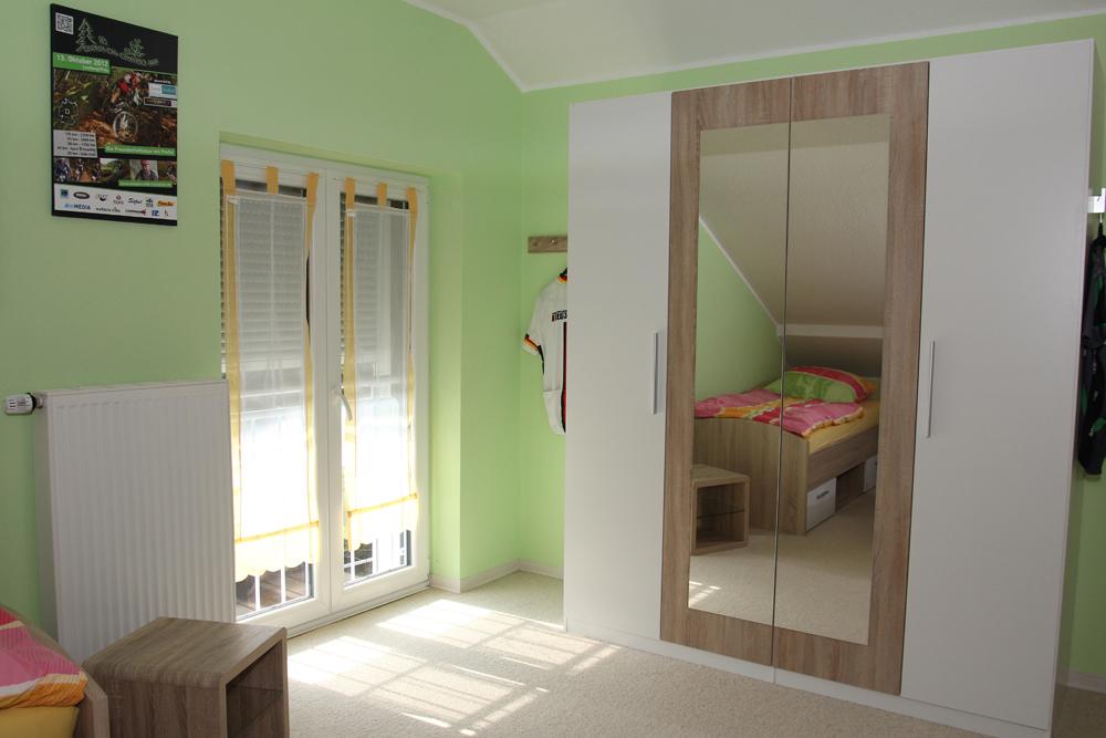schaukel fr die wohnung lrche es ist eine im ersten stock mit einer grozgigen wohnkche beim. Black Bedroom Furniture Sets. Home Design Ideas